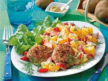 Фрикадельки и картофельный салат с редисом