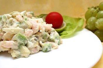 Легкий салат з лососем, огірком, тунцем і авокадо